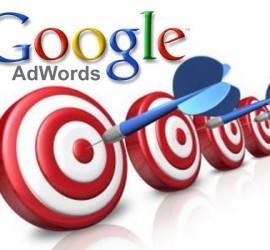 logotipo de Google Adwords y bajo él cuatro dianas con dardos incados en el centro de ellas