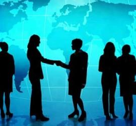Imagen de la sirueta de varios empresarios dialogando y tratando temas empresariales en un networking. De fondo los continentes del mundo en color azul