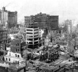 Fotografía en blanco y negro de una ciudad tras seismos o terremotos