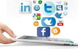 Fotografía de una mano con una tablet de la que salen varios logotipos de redes sociales