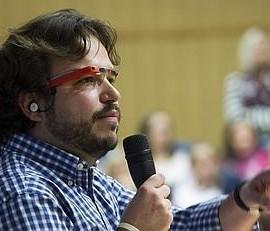 La imagen muestra a Antonio Zugaldia en la presentación de las Google Glass en la Unversidad de Granada