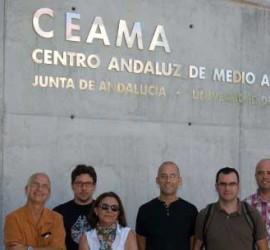 Fotografía del equipo de investigadores de la UGR que participan en el proyecto ambiental del CEAMA sobre la Amazonía brasileña frente a las instalaciones de CEAMA