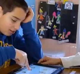 """La imagen muestra a un niño practicando con """"Sígueme"""", la nueva aplicación digital para autistas"""