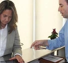 Fotografía de la alcaldesa de Motril probando el sistema de auto-encuesta para los turistas mediante tablet