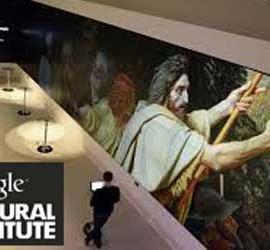 Fotografía de un hombre paseando por el Museo de Nueva York mientras sostiene un dispositivo tablet. La imagen tiene relación con la nueva herramienta de catálogo digital para obras de arte creado por Google y llamado Cultural Institute