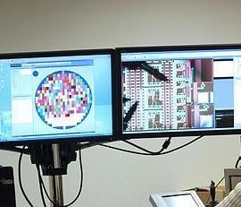 Fotografía de dos investigadores de la Universidad de Granada (UGR) trabajando en un centro de investigación. La imagen tiene relación con el nuevo Centro de Empresas Tecnológicas de la Universidad de Granada (UGR)