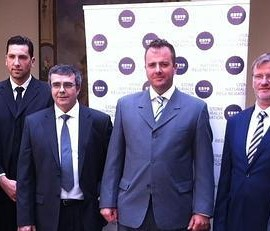 Fotografía de los implicados en el lanzamiento del producto para regenerar la piedra tras firmar el acuerdo de colaboración