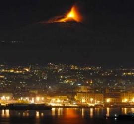 Fotografía del volcán Etna de Italia en erupción. Bajo él se encuantra la ciudad Italiana