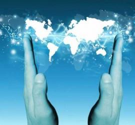 Unas manos que despliegan un mapa del mundo virtual en relación con la internacionalización de las empresas TIC andaluzas