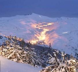Fotografía de la estación de sierra nevada por la noche