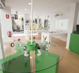Fotografía de la nueva tienda en Granada de XTouch una marca innovadora en tecnología móvil y tablet
