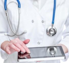 """Un médico con un dispositivo tablet usando la App """"Diseño de estudios en salud"""""""