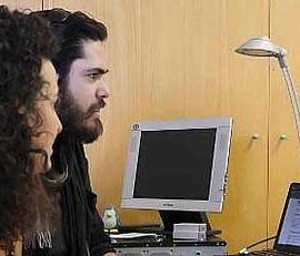 Fotografía de dos de los investigadores que han creado el sistema informático para conocer el tráfico