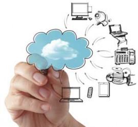 La mano de un hombre dibujando una nube de la que salen varios ordenadores y aparetos electrónicos en relación a las ayudas cloud computing para pymes andaluzas