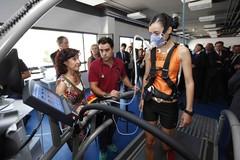 Varios de los asistentes a la inauguración del nuevo edificio del Instituto Mixto Universitario Deporte y Salud haciendo el recorrido a través de él.