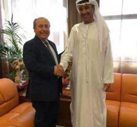 El alcalde de Granada estrechando la mano con el representante de Dubai para una colaboración como ciudades inteligentes
