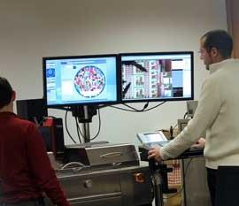 Dos operarios de la Escuela de Informática de la Universidad de Granada