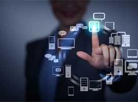 Enpresario manejando con el dedo varias herramientas TIC