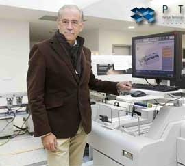 Tomás de Haro mostrando las nuevas instalaciones de los laboratorios de Parque Tecnológico de la Salud de Granada