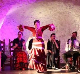 Una bailaora de flamenco en las cuevas de Granada