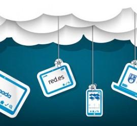 Unas nubes de carton de las que cuelgan una cuerdas con ordenadores, tablets y móviles. En la pantalla de cada uno de los dispositivos aparecen los logotipos de los organizadores del seminario para las ayudas tecnológicas en lo referente al Cloud Computing