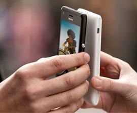 """Dos móviles usando la Tecnología NFC en relación con la Jornada """"TECNOLOGÍA NFC. El Futuro en tu Empresa"""" que se celebra en Granada"""