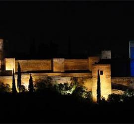 La Alhambra de Granada iluminada con el icono de la red social de Twitter