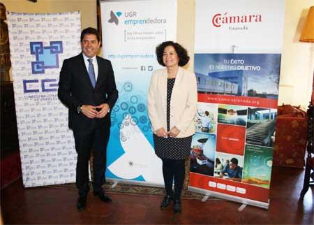 Gerardo Cuerva (CGE), y Pilar Aranda (UGR) firmando el acuerdo para fomentar a los emprendedores universitarios de Granada